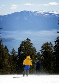 Skieurs, arbres, lac, montagnes